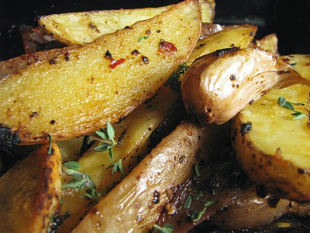 Spiced Potato Wedges with Oregano, Paprika and Chilli -- simple and delicious. #vegan