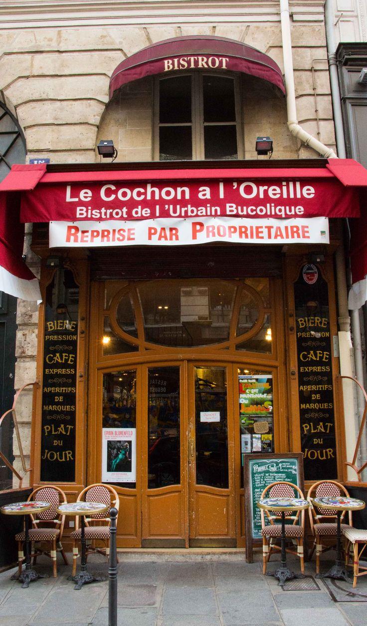 """Paris. Lige bag Les Halles ligger der en lille familiedrevet resturant """"Le Cochon"""" der ikke er meget større end den vognport som døren sidder i. Inden for er oplevelsen så meget større. Ejerparret er en fransk udgave af Halløj på badehotellet. De styrer med sikker charme og stolthed stedet, hvis ikke lige det er svigermor der løber rundt med menukortet. Det kræver ikke meget mere end en smule ros for maden og så er man praktisk talt i familie. Svinekoteletten er i verdensklasse..."""