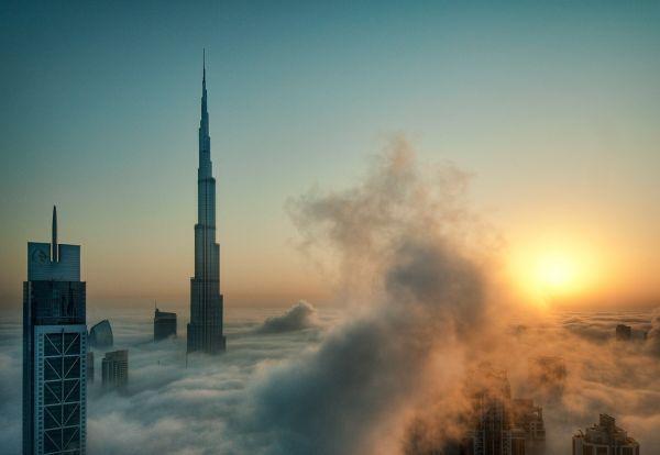 Каждый год, в октябре, город Дубай в ОАЭ затягивается густым туманом из-за все еще высокой влажности и понижения температуры. Вот такой красивый вид открывается из окон небоскребов.