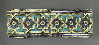 Kiremit | Menşei: Antik İran, Semerkand | Dönem: 1385 dolaylarında | Koleksiyon: İslam Sanatı, Camilla Chandler Frost (M.2002.1.266a-b) hediye Madina Koleksiyon | Tip: Seramik;  5 3/4 x 9 3/16, mimari eleman, Toprak, kalıplı ve sır-boyalı. (14.6 x 23.33 cm)