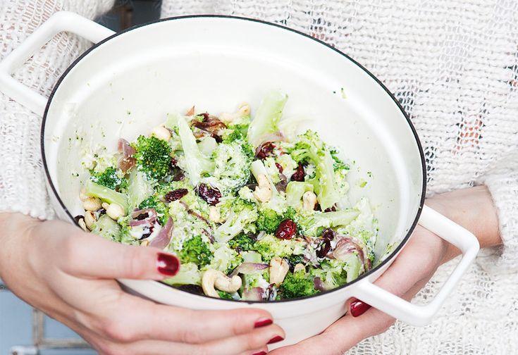 Brokkolisalat mit Cashewkernen und Cranberrys