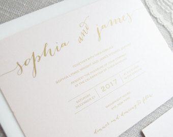Aangepaste bruiloft uitnodiging Suite: Classic Script bruiloft uitnodiging weergegeven met namen in blozen en bijpassende blush enveloppen.  Alle kleuren en tekst zijn aanpasbaar voor uw bestelling.  Dit is een verticale 5 x 7, ik sta aangepaste grootte.  ☞ MEER HUWELIJKSUITNODIGINGEN:  Meer unieke huwelijksuitnodigingen hier vinden: https://www.etsy.com/shop/RebeccaGreenDesign?section_id=15078081  ▶︎▶︎▶︎▶︎ Bezoek ons op rebeccagreendesign.com ▶︎▶︎▶︎ net als ons op Facebook…