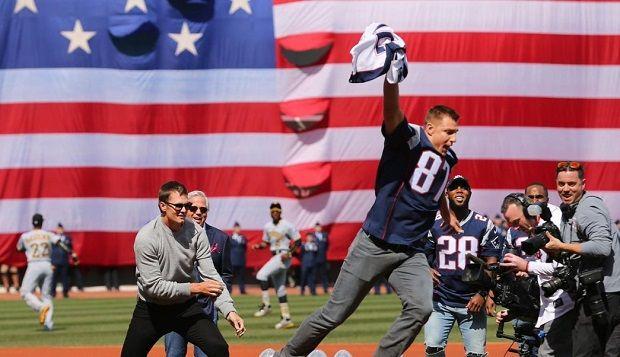 Después que el FBI lo recuperó, Gronkowski 'roba' jersey de Tom Brady - http://www.esnoticiaveracruz.com/despues-que-el-fbi-lo-recupero-gronkowski-roba-jersey-de-tom-brady/