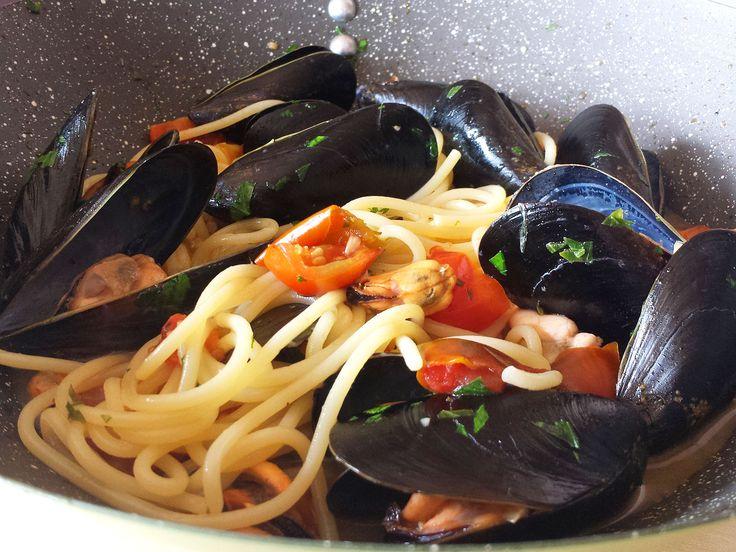 Oggi vi propongo una delle mie ricette estive, si tratta degli spaghetti con le cozze. E' una ricetta facile e veloce con un buonissimo sapore di mare arricchito a dei pomodorini.