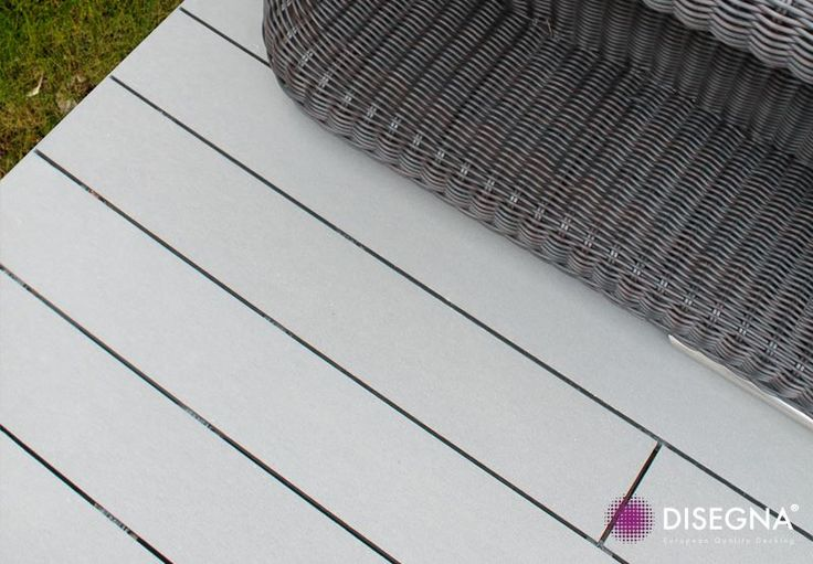#PlancherContemporain: L'Antique Metalline contraste parfaitement avec les meubles en osier foncés.