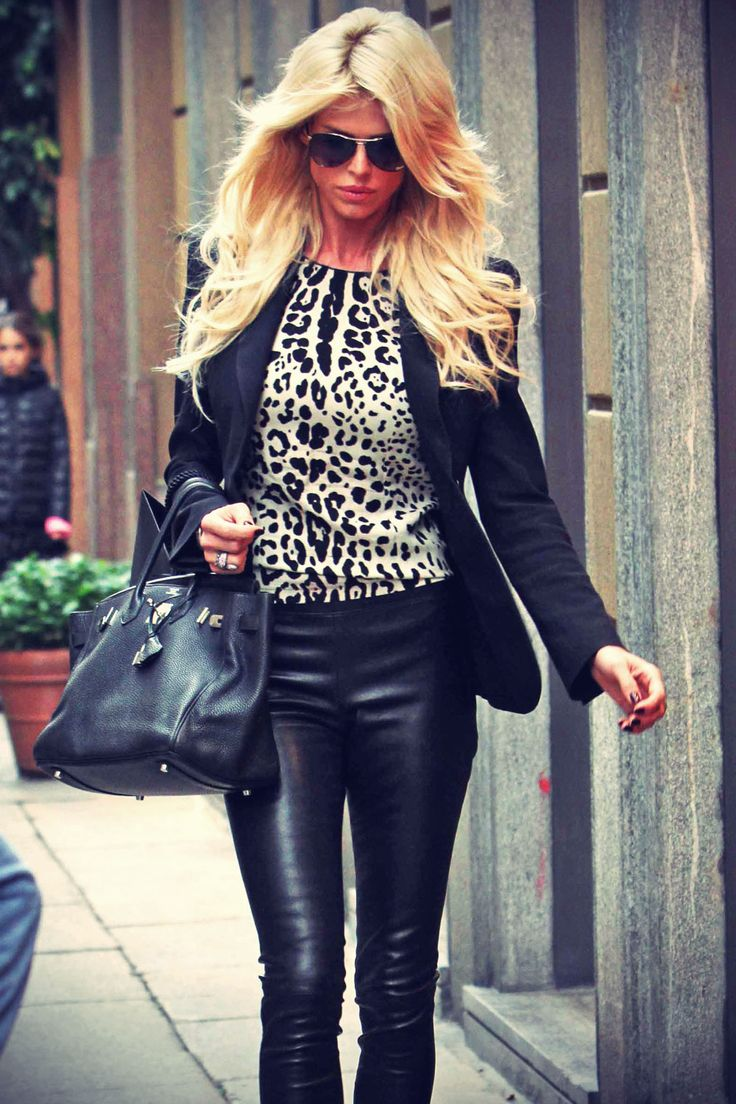 Victoria Silvstedt strolling in Milan