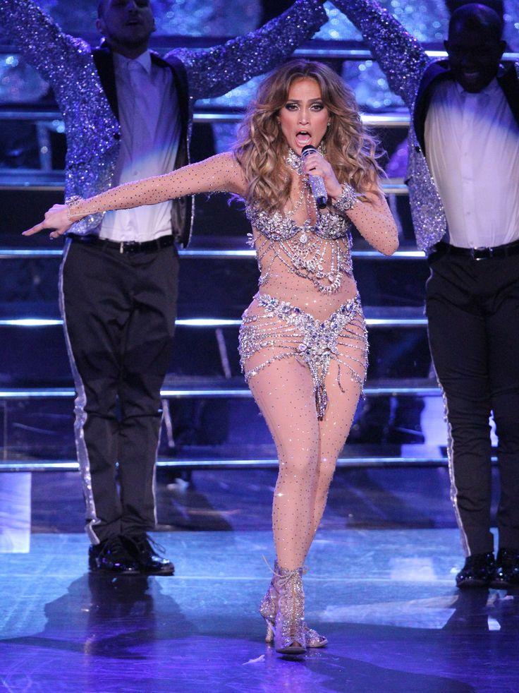 """Jennifer López mostró más booty de lo debido este fin de semana durante uno de los shows de All I Have, residencia que la cantante actualmente realiza en Las Vegas. Al final del concierto, llevado a cabo en el Planet Hollywood, Resort & Casino, justo después de cantar """"On The Floor"""", su traje se rompió"""