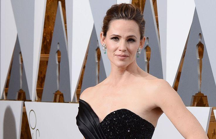 En 'The Tonight Show with Jimmy Fallon' la actriz reveló lo que tuvo que hacer para verse despampanante en ese vestido Versace en la última entrega de premios de la Academia.