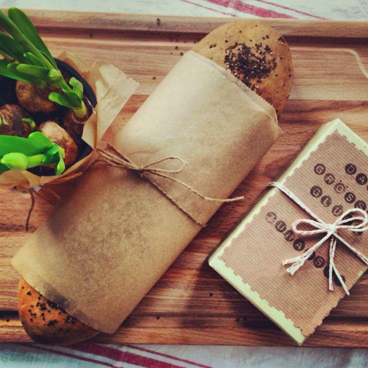 Geschenk zum Einzug - Chia Samen Brot, Osterblume und ein Schlüsselanhänger (natürlich handmade)
