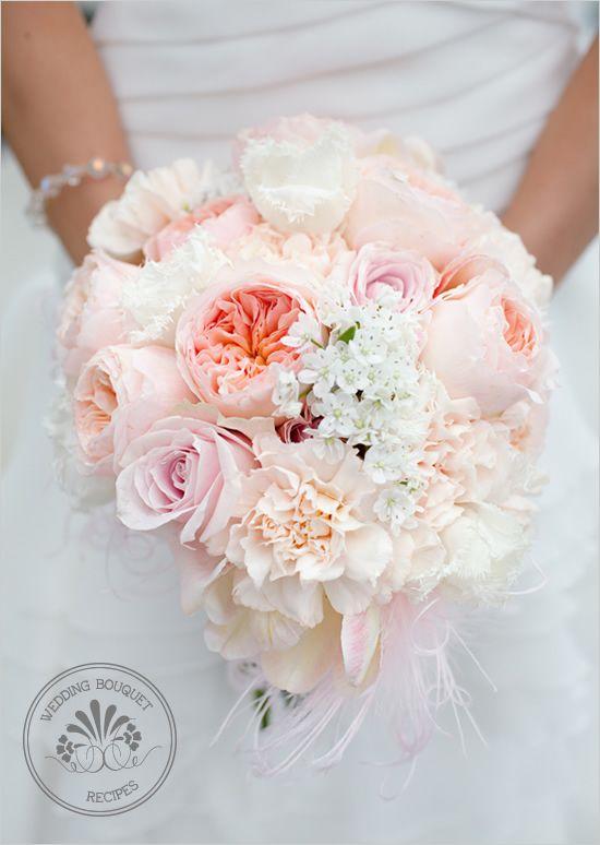 柔らかい桃の結婚式のブーケ