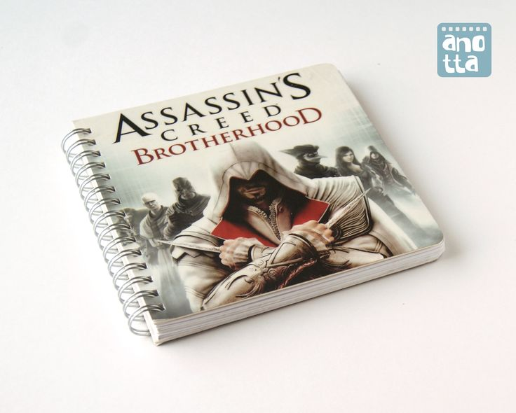 Libreta hecha a mano reciclando la lámina de un blister de una figura de «Assassin's Creed».