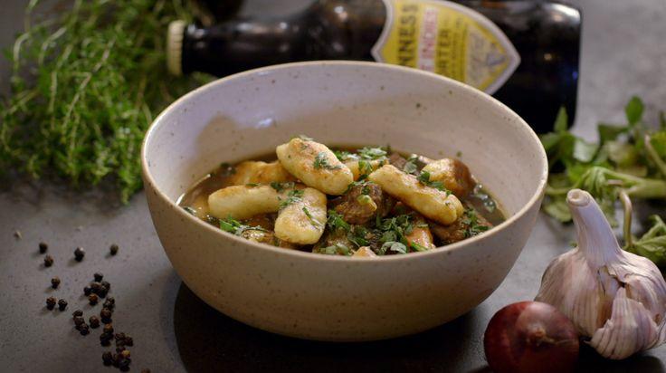Het hoofdgerecht Irish stew met Guinness en pastinaak gnocchi komt uit het programma Koken met van Boven. Lees hier het hele recept en maak zelf heerlijke Irish stew met Guinness en pastinaak gnocchi.