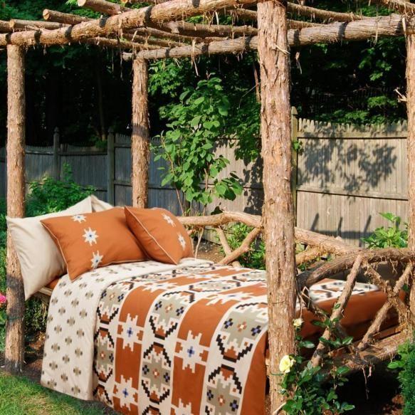 Lenjerii de pat romanesti  colectia Transylvanian Shades transpune pentru prima data motivele traditionale romanesti pe lenjerii de pat si tesaturi....