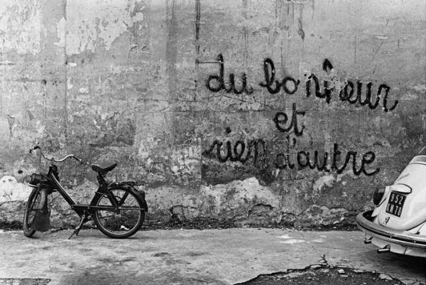 """""""Tout comme Brassaï, Cartier-Bresson, Doisneau et Ronis, Izis compte parmi les plus grands photographes humanistes de sa génération. Entre poésie et photographie, Izis livre une vision personnelle d'un Paris qui le fascine, nostalgique et populaire. Dans..."""