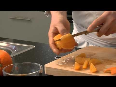 Orangen filetieren. Weitere Informationen finden sie hier: http://www.delikates.ch/kuchen-einmaleins/orangen-filetieren.html