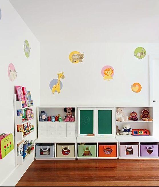 Montessori Room: Outra dica importante nesse tipo de quarto é ter tudo ao alcance dos pequenos e no campo visual deles, estimulando a liberdade de escolha e a organização de guardar de volta livros e brinquedos.
