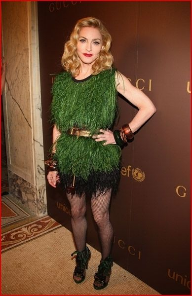 she is wearing grass :/ this is the most ugly dress i have ever seen in my  life>>>>>>