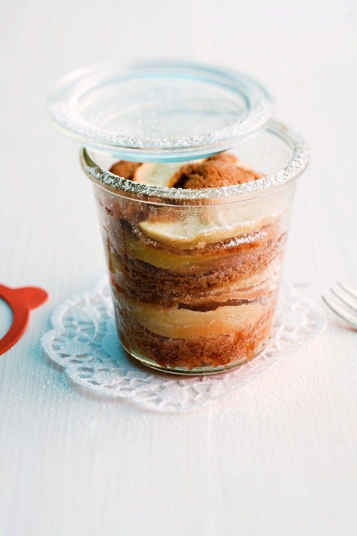 Kleine Apfelkuchen mit Zimt im Glas