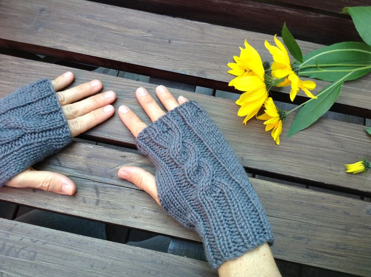 Nice handmade fingerless mittens for women. 100% soft wool from Italy. Superbes mitaines pour femmes faites à la main.  www.zaknit.com