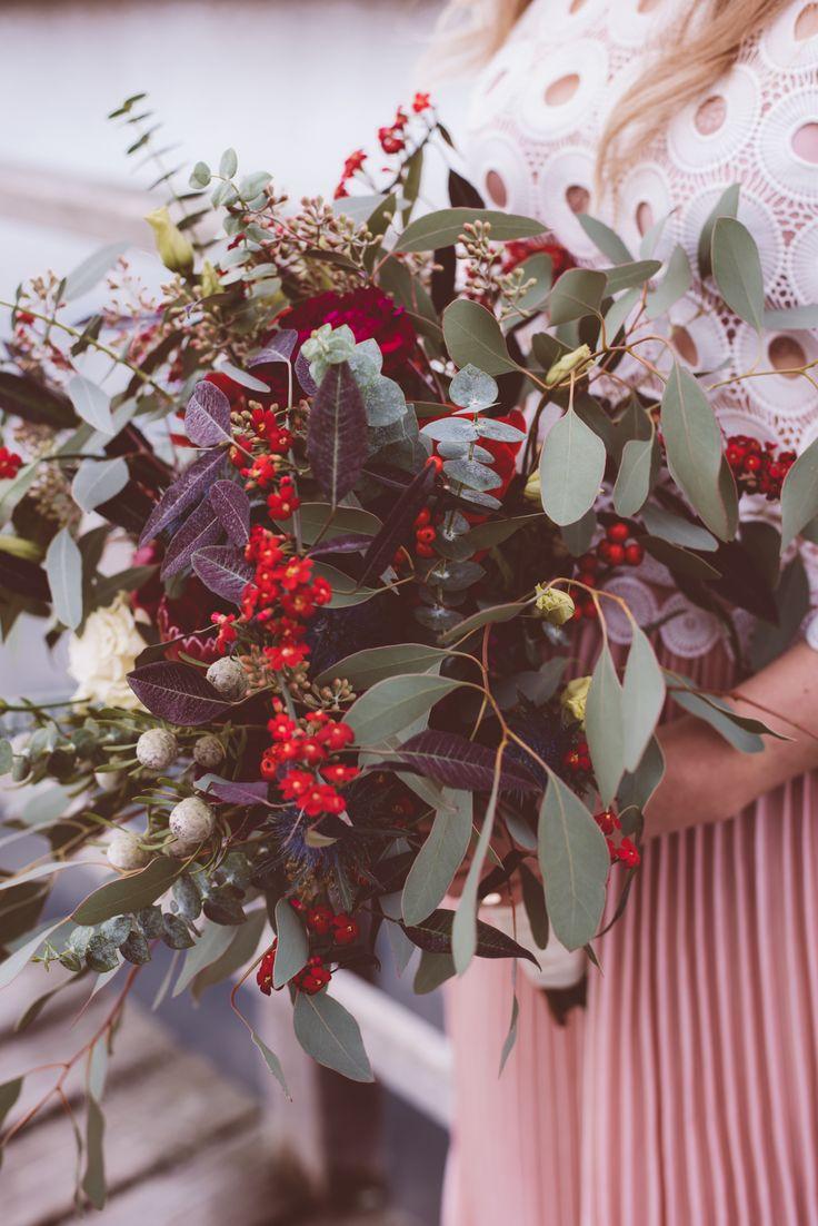 Oversize Boho Bridal Bouquet. Trendiger Brautstrauß in Marsala und Bordeauxtönen. (Blumen: @wildflowerstgt / Foto @AnaFeh)