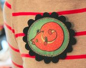 Vilten rode eekhoorn broche, met eigen illustratie en handgedrukt