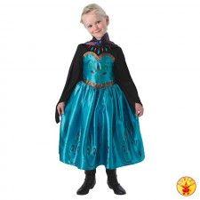 Jurk Prinses Elsa Coronation Dress uit de Disney animatiefilm Frozen.  Een mooie lange blauwe jurk waarop bloemmotieven zijn afgebeeld en met een donker gekleurde cape. Een echte meisjesdroom.  Elsa jurkje gemaakt van 100% polyester en kreukvrij. Een Walt Disney licentie-artikel.Je kunt jouw dochtertje niet gelukkiger maken dan met dit prachtig prinsessenjurkje.  Verkrijgbaar in de maat S (3-4 jaar), M (5-6 jaar) en L (7-9 jaar).