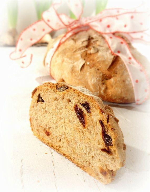 Świąteczny chleb z orzechami i suszonymi śliwkami