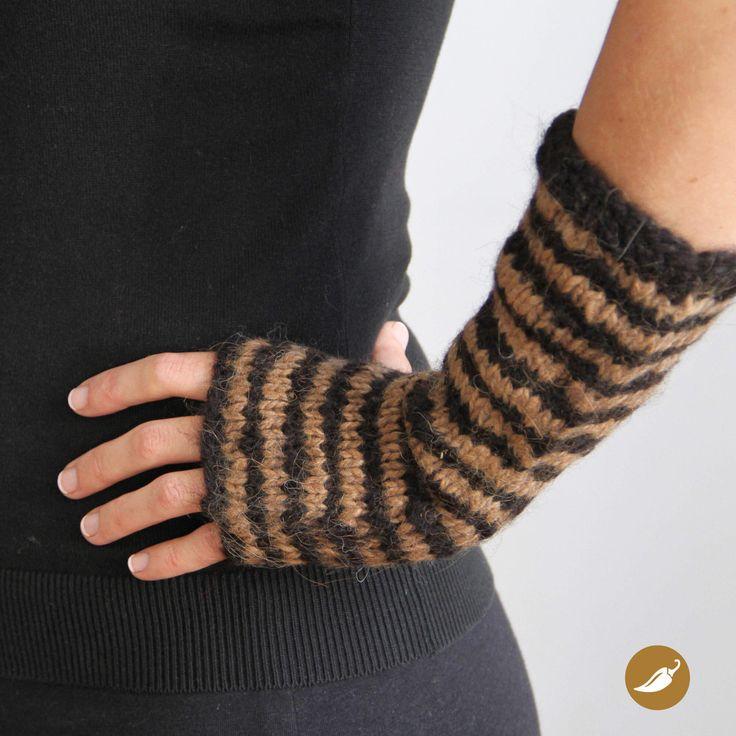 Cómodos guantes tejidos a palillo en lana de alpaca. Confeccionados 100% a mano. Están tejidos sin dedos para permitir su uso durante largos periodos, debido a que este diseño otorga mayor usabilidad.  Dimensiones: 25 cm de largo. Colores disponibles: Negro y Café. Material: Lana alpaca 100 %. Talla: Única. Pieza única: No.