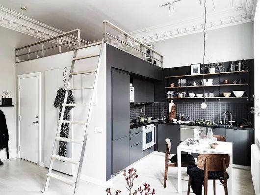 Pici egyszobás lakás fürdőszoba fölött kialakított alvógalériával, fekete konyhával - 29m2 - Lakberendezés trendMagazin