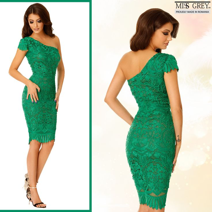 Have a sensual look wearing the Sofia dress, which combines with grace the novel design and the powerful shade of green.