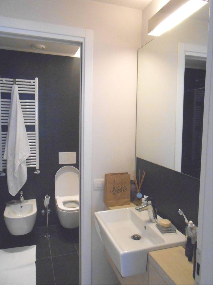 Nella zona antistante il bagno ed all'interno di un armadio è inserita la lavatrice/lavasciuga.