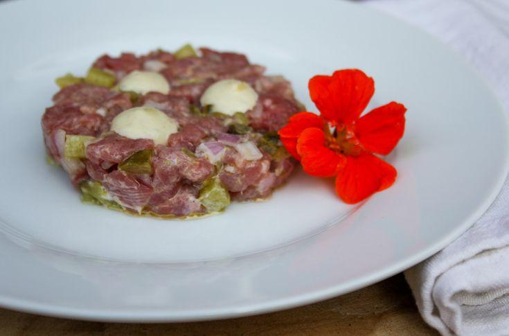 Met dit makkelijk recept maak je heerlijke steak tartaar met truffel. Op basis van fijngesneden kogelbiefstuk. Lekker als voorgerecht of hoofdgerecht.