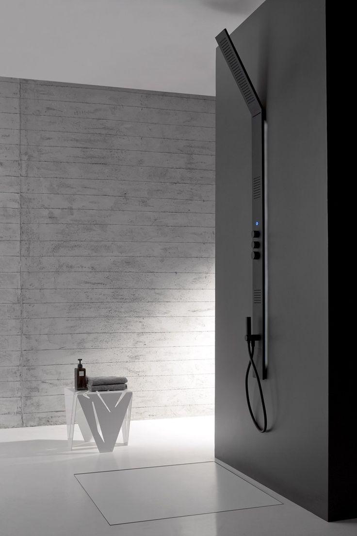 ZAZZERI OBLIQUA  Colonna doccia a parete, termostatica. 3 modelli (intera con soffione inclinato, intera con soffione piano, 2 pezzi con soffione piano). 2 versioni:semi incasso con retroilluminazione a luce LED bianca e incasso senza retro illuminazione. 4 uscite con 2 deviatori con stop (soffione pioggia, cascata, body spray, doccetta). Finiture: versioni retroilluminate in acciaio lucido, acciaio spazzolato, total white e total black.  Versioni da incasso in acciaio lucido e spazzolato.