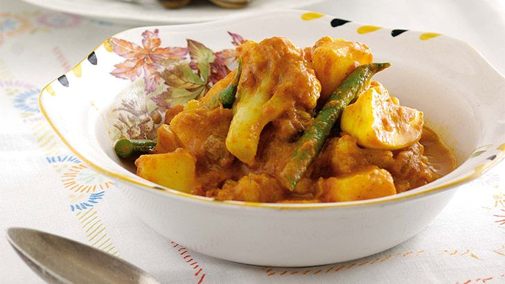 A simple vegetarian curry with cauliflower. Serve with yoghurt.