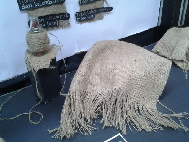 proses pembuatan karung goni dianyam oleh serat jute yang sangat panjang