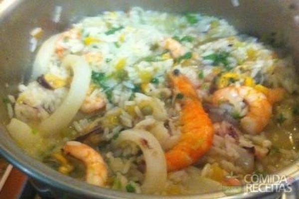 Receita de Paella rei do camarão, em Crustaceos, ingredientes: 15 camarões rosa grandes limpos. mas com a casca, 1 ½ kg de camarão médio limpo. mas com o rabo, 2 kg de camarão pequeno, ½ kg de vôngole limpo, 1 kg de mexilhão limpo, ½ kg de mexilhão com meia casca, 1 ½ kg de lula em anéis, 1 polvo de aproximadamente 1.7kg, 10 lagostins, 2 litros de azeite extravirgem, 4 cebolas. 3 picadas e uma para o caldo, 4 pimentões vermelhos. 1 sem pele e em tiras e os demais crus. em cubos, 1 pimentão…
