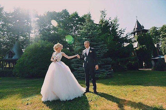 Мы искренне желаем каждому повстречать на своём жизненном пути человека, задумавшись о котором, Вы с уверенностью можете сказать- у меня есть все!❤️ На невесте сказочное платье Quartz от итальянского бренда Lanesta ������#свадьба2017 #невеста #невестаминск #невеста2017 #свадебноеплатье #свадебноеплатьеминск #свадебноеплатье2017 #свадебныйсалон #свадебныйсалонминск #минск #wedding #weddings #weddingdress #weddingdresses #weddingphoto #weddingday #weddingtime #love #bride #minsk #saloninlove…