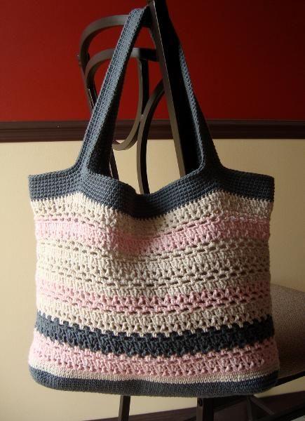 Una bolsa de mano tejida a gancho es muy linda, útil y super practica ....fácil de hacer.