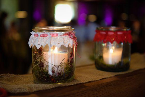 Kaarsjes in een glaasje in een wegkopt (brandveilig!) Voor dit recept heb je jampotten of weckpotten nodig met een brede opening, kaarsen in glas of in bv een weckpotje, lint en een kanten / katoenen sierlint of lapje waar openingen in zitten om je lint door te rijgen. Ben je zelf een crea-bea type en haak je veel? Dan kun je het lapje natuurlijk ook z