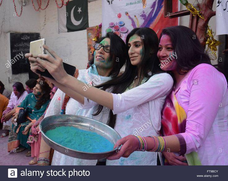 hindus celebrating holi in Pakistan