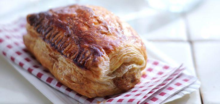 delicious.friend Eke Mariën: 'Mijn oma nam altijd saucijzenbroodjes voor me mee! Inmiddels maak ik ze zelf en varieer met de kruiden in het gehakt. Maak ze niet te kruidig dan verdwijnt de hamonie tussen krokant deeg en de vulling.' saucijzenbroodjes hapje | 8 stuks 200 g half-om-halfgehakt ½ tl kerriepoeder 1 tl bouillonpoeder mespuntje nootmuskaat …