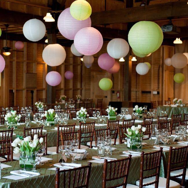 Pastel lampionnen, helemaal hip dit jaar. Zachte kleuren, erg sfeervol ter decoratie van bijvoorbeeld je bruiloft feest of baby borrel. Creëer een festival met deze zacht roze, licht groene lampionnen.  Trouwinspiratie, weddinginspiration  Huwelijk decoratie  Wedding decoration Pastel paper lanterns Communie styling