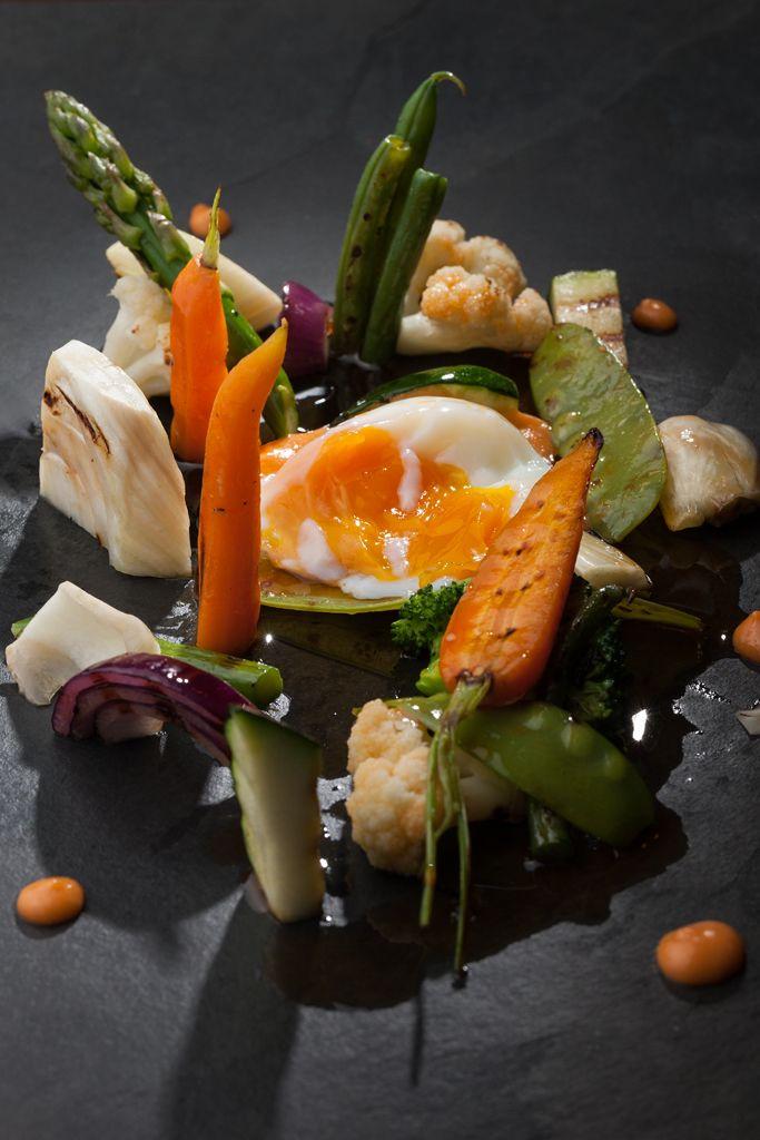 Verduras a la parrilla con huevo y aceite de chorizo