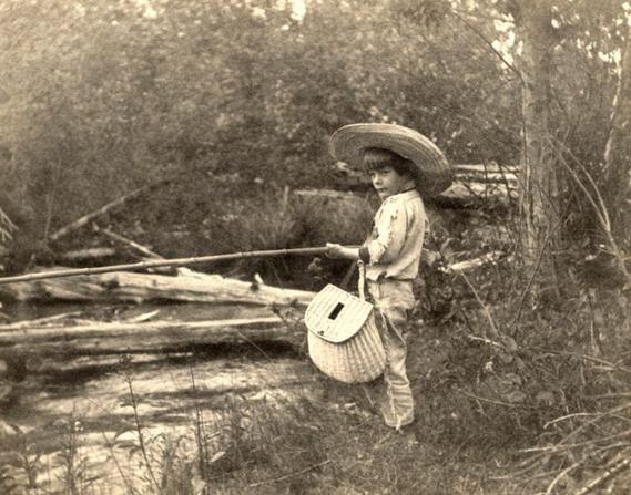 <p>Ο Έρνεστ Χέμινγουεϊ ψαρεύει (1904)</p>