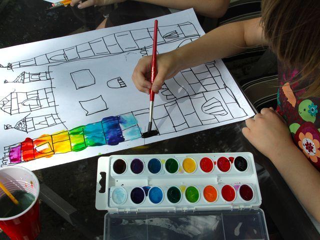 Teken een kasteel met zwarte stift, en kleur het in met waterverf