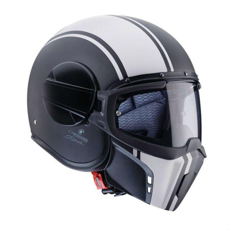 Onovo capacete daCaberg, denominado Ghost,faz uso de um novo conceito ao permitir quatro configurações diferentes. A calota é produzida em fibra de vidro, carbono e kevlar, em dois tamanhos diferentes, garantindo deste modo a proporção mais adequada aos crânios mais pequenos. O forro é amovível e