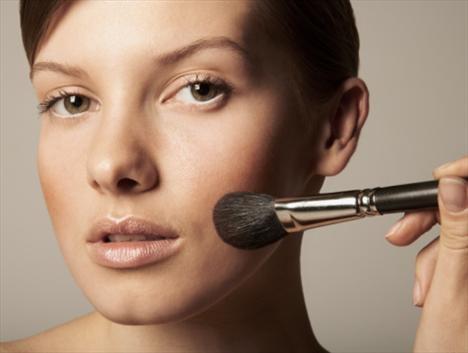Allığınızı gözün altından yanağın merkezinden başlayarak saç çizgisinden itibaren yukarı ve dışa doğru hareketlerle yayın. Yayma işlemini parmak uçlarınız veya bir fırça yardımıyla yapın. Allığın daha doğal görünmesi için geniş uçlu bir fırça kullanmanızda yarar var.  #cosmetic #beauty #beautyfull #kozmetik #guzellik