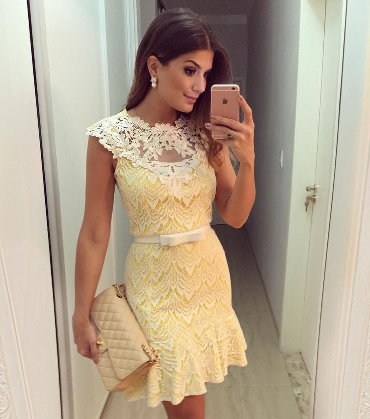 {Da noite } De @luziafazzollioficial • vestido renda amarelo com detalhe no colo e babado