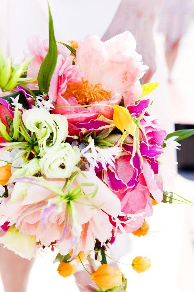 Modern bruisboeket met veel verschillende bloemen en kleuren