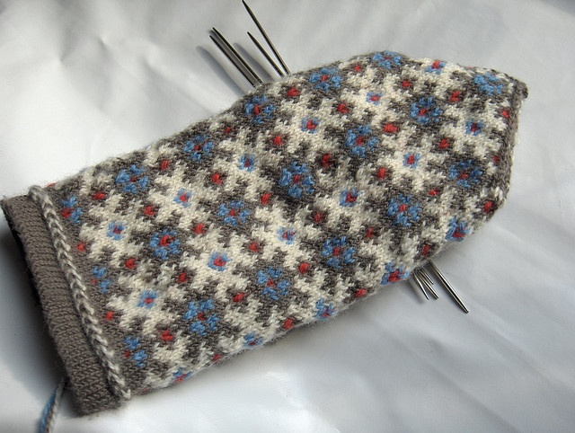 stranded knitting mittens. three colors